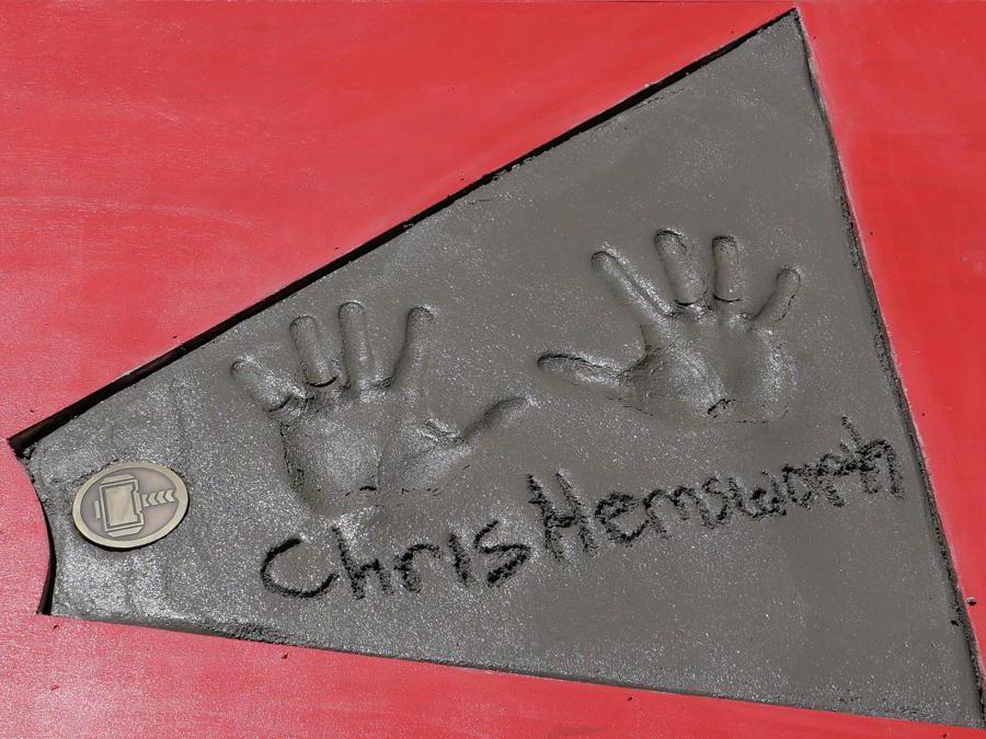 Le impronte delle mani dell'attore Chris Hemsworth.  EPA/NINA PROMMER