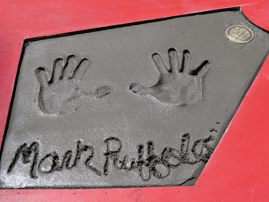 Le impronte delle mani dell'attore Mark Ruffalo.  EPA/NINA PROMMER