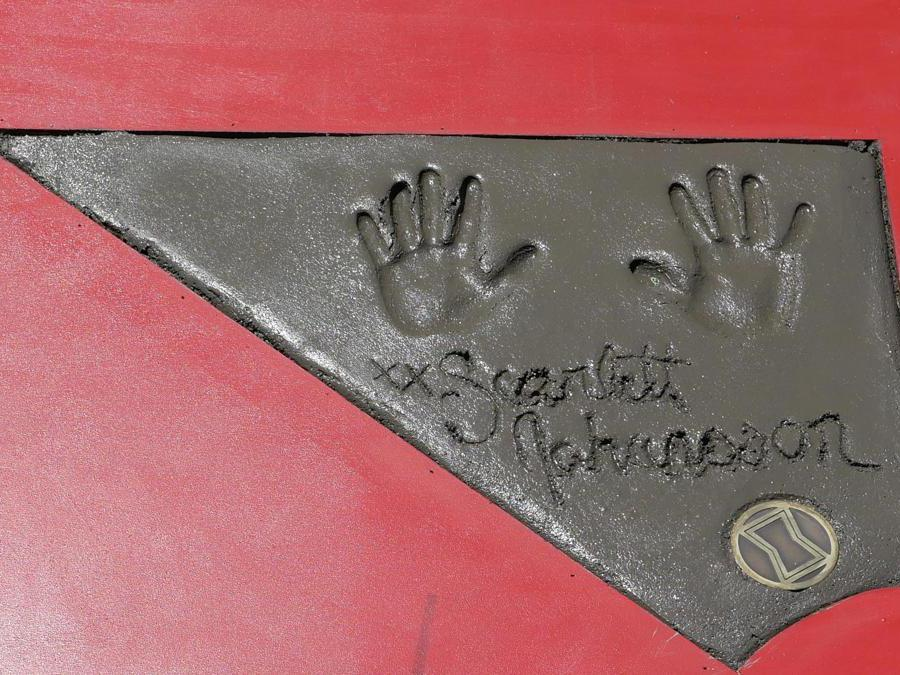 Le impronte delle mani dell'attrice Scarlett Johansson.  EPA/NINA PROMMER