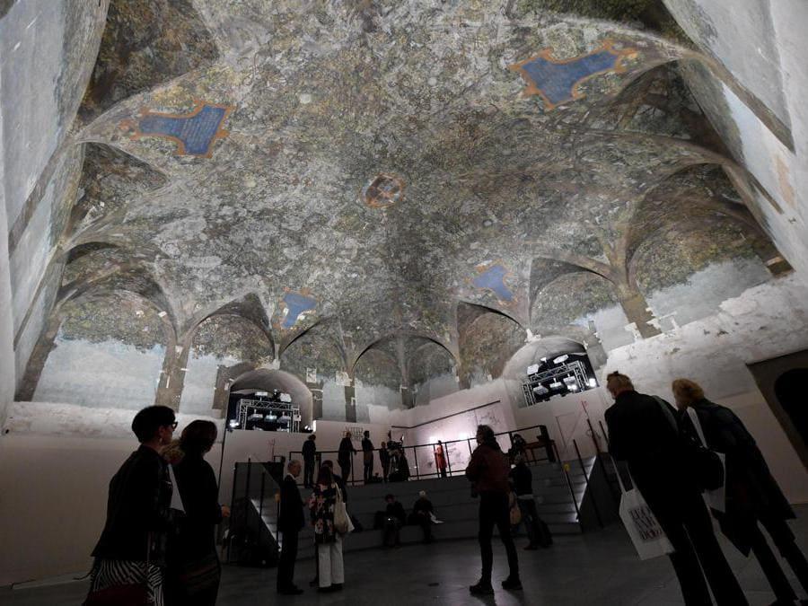 I visitatori ammirano il soffitto della Sala delle Asse di Leonardo da Vinci. La stanza deve il suo nome al rivestimento in legno che è stato utilizzato al tempo degli Sforza per rendere più confortevole la temperatura e l'atmosfera delle camere. Anticamente dipinto con motivi araldici per Galeazzo Sforza, sotto Ludovico il Moro, nel 1498, fu trasformato dalla famosa decorazione di Leonardo. ANSA/DANIEL DAL ZENNARO