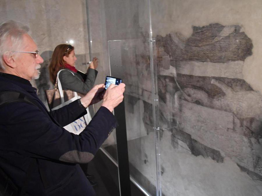 I visitatori ammirano la decorazione monocroma attribuita a Leonardo da Vinci, nella Sala delle Asse del Castello Sforzesco di Milano. ANSA/DANIEL DAL ZENNARO