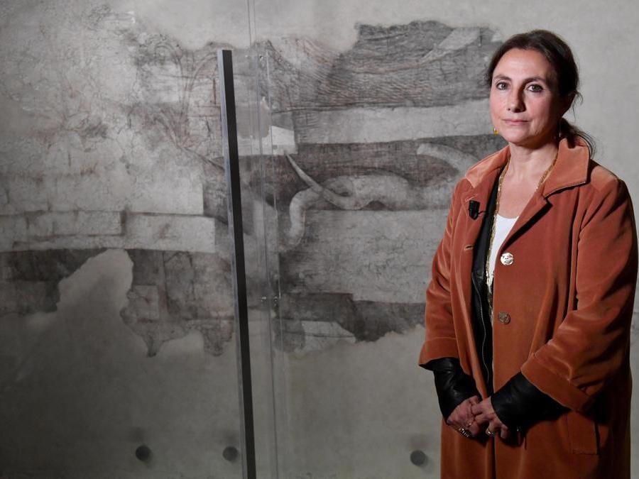 Il direttore del museo dell'Ultima Cena, Michela Palazzo, posa di fronte alla decorazione monocroma, un disegno a carboncino attribuito a Lenardo da Vinci, nella Sala delle Asse di Leonardo. ANSA/DANIEL DAL ZENNARO