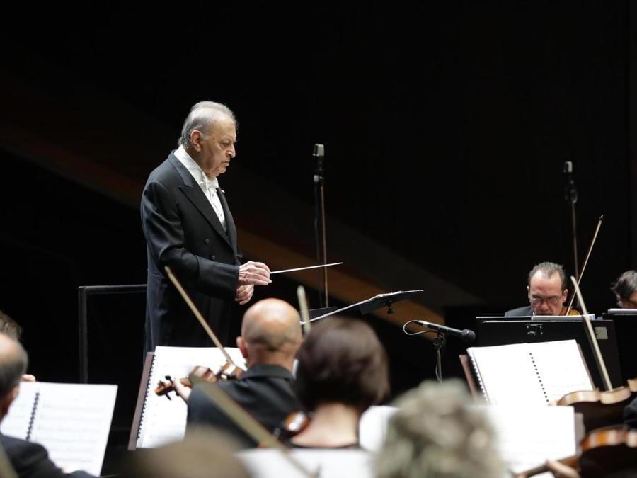 Il maestro Zubin Mehta, sul podio del teatro del Maggio musicale fiorentino dove dirige l'orchestra per un concerto nell'ambito del ciclo dedicato a Sostakovic, Firenze,  2018. ANSA