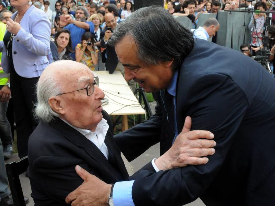 2014, Palermo. Andrea Camilleri, ospite alla rassegna Una marina di libri, con il sindaco  Leoluca Orlando (Fotogramma)