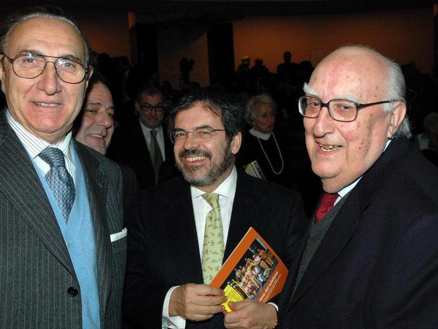 2007,  Roma, TeatroEliseo. Andrea Camilleri con Pippo Baudo ed Enzo Bianco alla prima teatrale dello spettacolo  La concessione del telefono (Fotogramma)