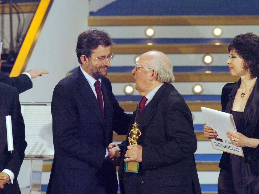 2006, Roma, David di Donatello. Andrea Camilleri  premia  Nanni Moretti come migliore regista per il film Il caimano (Fotogramma)