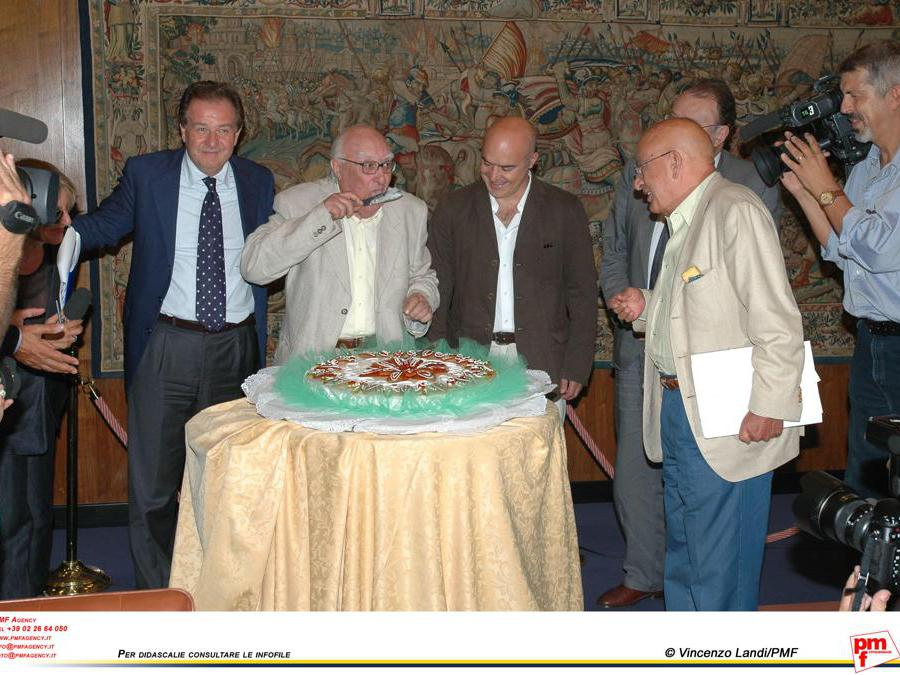 2005, Roma, festa di  compleanno. Da sinistra,  Meocci, Camilleri , Zingaretti, Petruccioli, Curzi (Fotogramma)