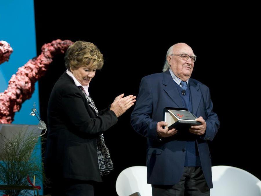 2009, Roma. Premio Elsa Morante. Andrea Camilleri riceve il premio alla Carriera  da Dacia Maraini  (Fotogramma)