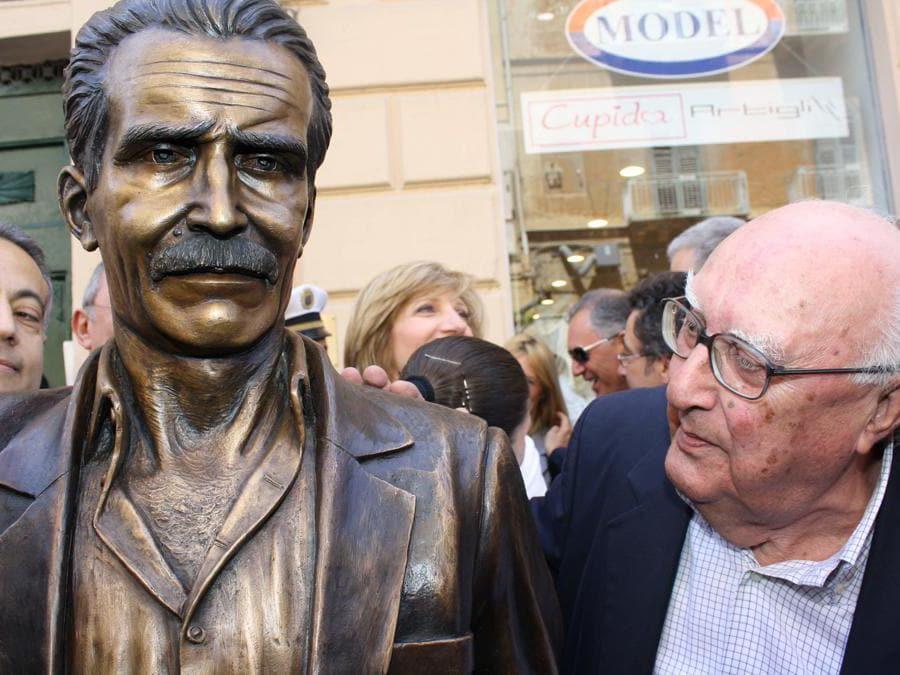 2009, Porto Empedocle (Agrigento). Andrea Camilleri all'inaugurazione della statua raffigurante il commissario Montalbano(Fotogramma)