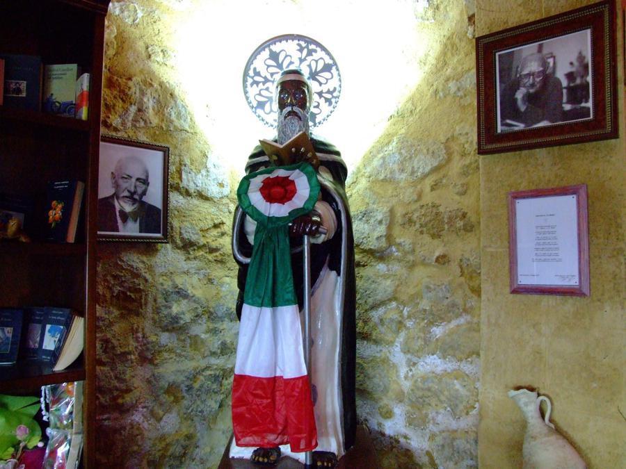 2008, Porto Empedocle (Agrigento). Pirandello, Camilleri e il filosofo Empedocle: i tre simboli della città (Fotogramma)
