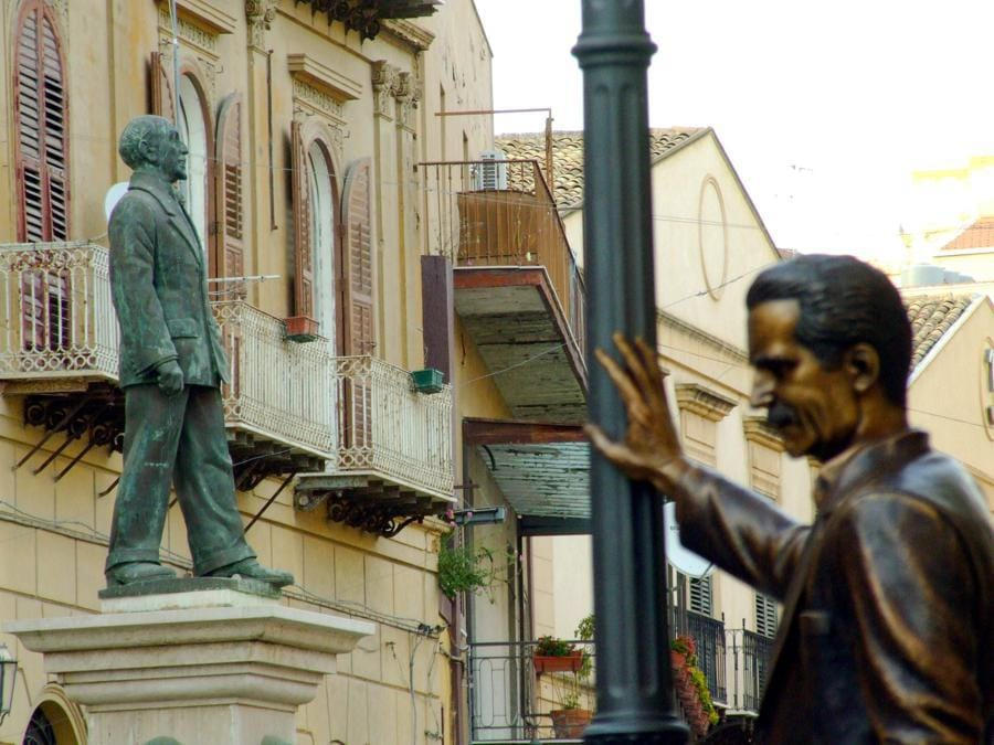 2008, Porto Empedocle (Agrigento). La statua di Luigi Pirandello e del commissario Montalbano (Fotogramma)