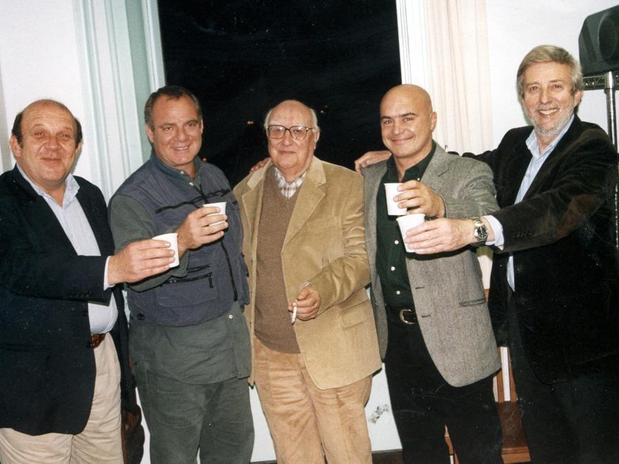 2009. Da sinistra, il produttore Carlo Degli Esposti,  Stefano Ricciotti, Andrea Camilleri,  Luca Zingaretti e Alberto Sironi (Fotogramma)