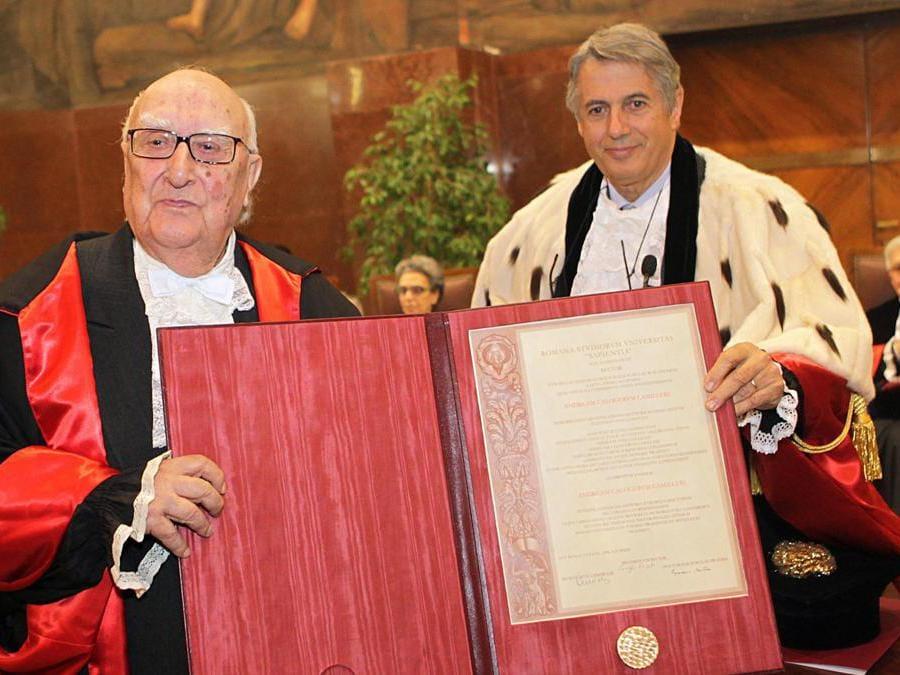 2012, Roma.  Andrea Camilleri riceve il dottorato di ricerca honoris causa in Storia dell'Europa da Luigi Frati, magnifico rettore dell'Università La Sapienza  (Ansa)