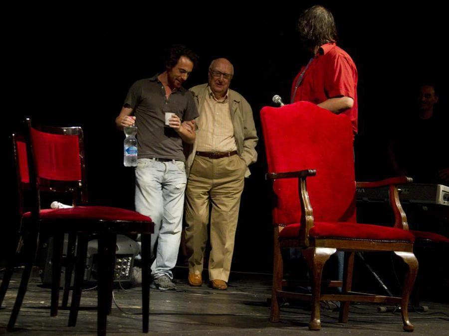 2011, Roma. Andrea Camilleri ed Elio Germano al Teatro Valle, occupato dai lavoratori dello spettacolo (Ansa)