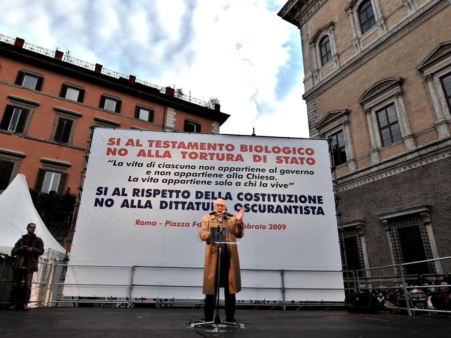 2009, Roma, piazza Farnese.  Andrea Camilleri alla manifestazione organizzata  da Micromega contro il disegno di legge sul Testamento biologico (Ansa)