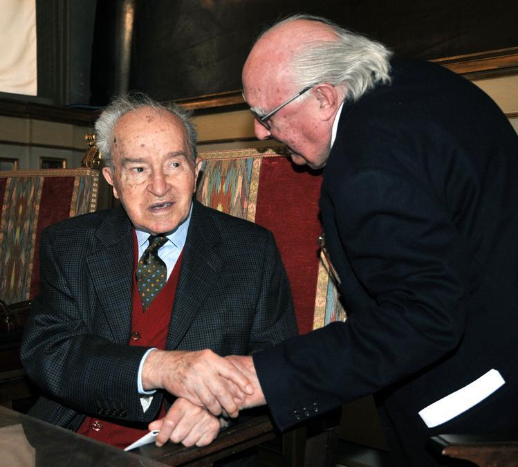 2008, Roma. Pietro Ingrao e Andrea Camilleri in occasione della lectio magistralis eseguita da Camillleri  in onore del compleanno di Ingrao(Ansa)