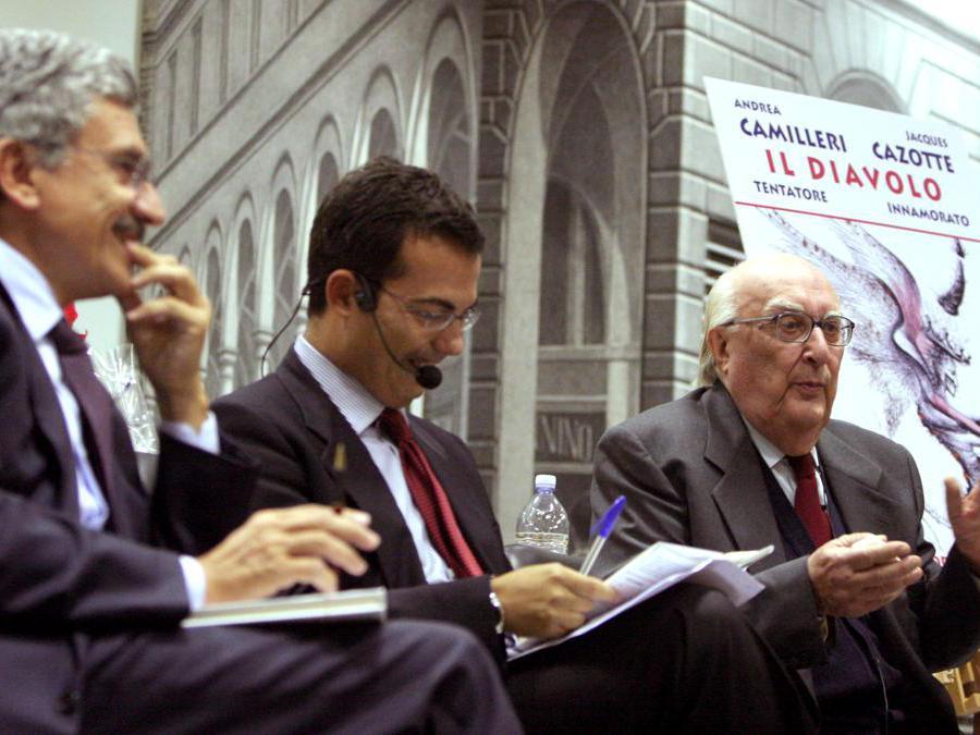 2005, Roma. Andrea Camilleri , Giovanni Floris e Massimo D'Alema al dibattito sul libro Il diavolo. Tentatore. Innamorato (Ansa)