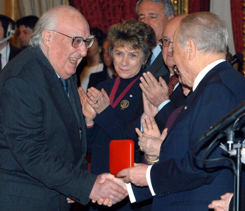 2004, Roma.  Andrea Camilleri e il presidente della Repubblica Carlo Azeglio Ciampi durante la consegna dei Premi Vittorio De Sica 2003 (Ansa)