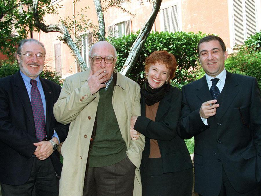 1999, Roma. Da sinistra,  Miko Magistro, Andrea Camilleri, Mariella Lo Giudice e il regista Giuseppe Dipasquale all'annuncio della messa in scena del romanzo Il birraio di Preston (Ansa)