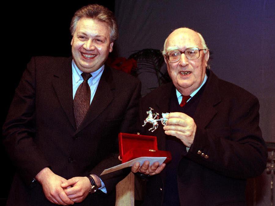 1998, Belpasso (Catania). Andrea Camilleri riceve dall'assessore provinciale alla Cultura Antonio Garozzo il  Premio letterario  internazionale   Nino Martoglio (Ansa)