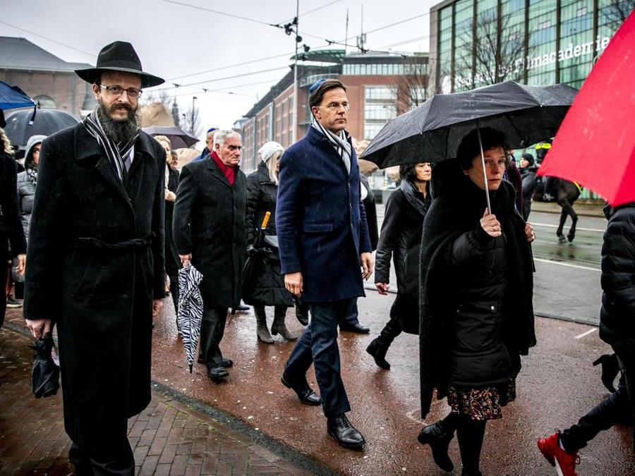 Amsterdam. Al centro, il primo ministro olandese  Mark Rutte (Afp)