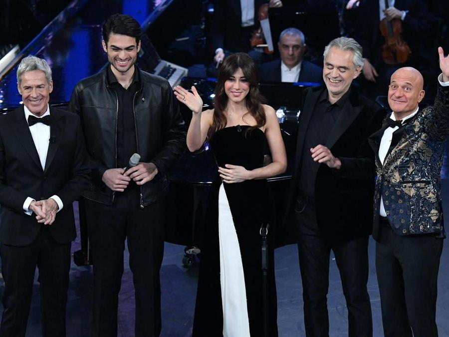 Claudio Baglioni,  Matteo Bocelli,  Virginia Raffaele,  Andrea Bocelli e  Claudio Bisio. (Ansa / Ettore Ferrari)