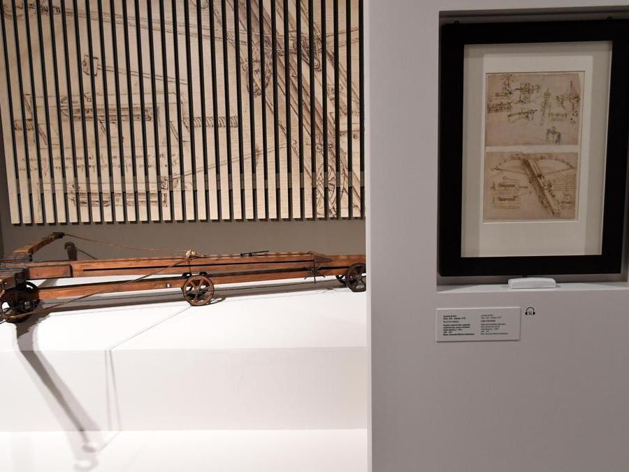 """""""Leonardo da Vinci. La scienza prima della scienza """". Una pagina del Codice Atlantico, che raffigura una balestra gigantesca disegnata da Leonardo Da Vinci. (Ansa / Ettore Ferrari)"""
