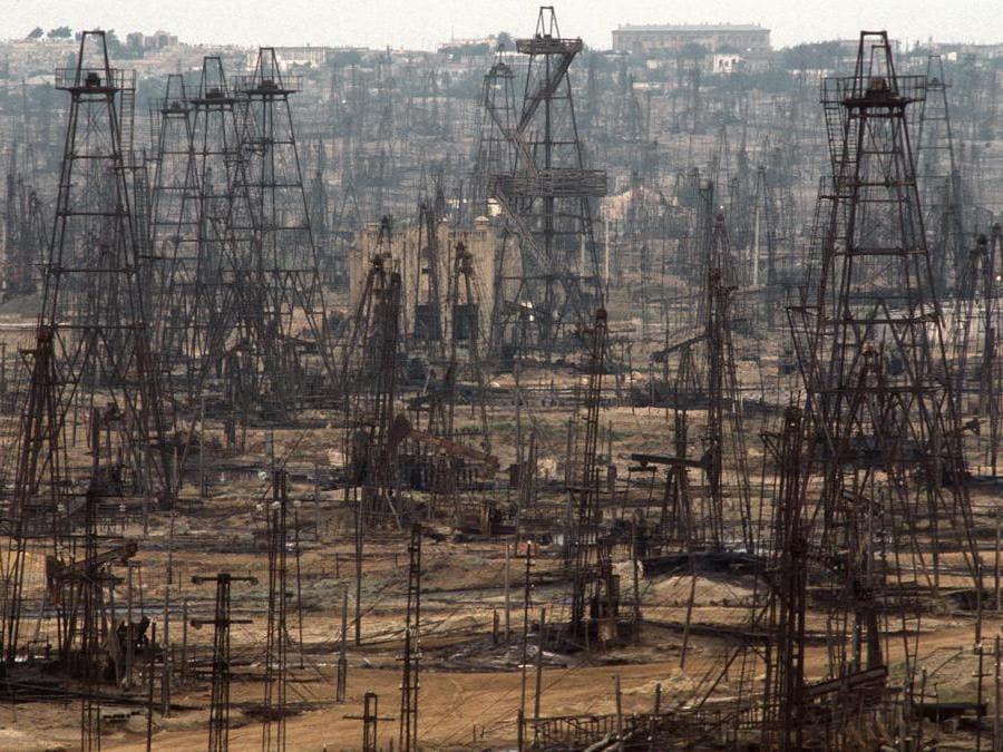 Un campo petrolifero abbandonato in Azerbaijan: l'estrazione di combustibili fossili, oltre ad aver provocato gravi danni ambientali in molte regioni del pianeta, è la causa principale dell'aumento di emissioni di gas a effetto serra che determinano il riscaldamento globale. E' importante passare prima possibile a un'economia basata su fonti energetiche rinnovabili e pulite (foto Gerd Ludwig)