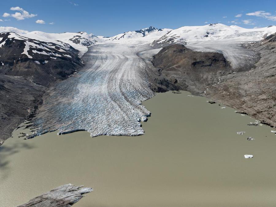 Il grande ghiacciaio Bridge (British Columbia, Canada occidentale) soffre le estati sempre più calde: si è ritirato di ben 3 chilometri in appena 12 anni tra il 2004 e il 2016, circa 250 m all'anno. La sua contrazione farà diminuire il deflusso d'acqua verso gli impianti idroelettrici del fiume Bridge, che oggi soddisfano la domanda elettrica di circa 350.000  abitanti (foto James Balog)