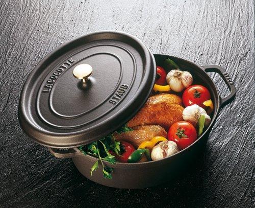 Staub, elegante cocotte ovale in ghisa, con coperchio che trattiene il vapore e che richiede pochissimi interventi. Anche in forno