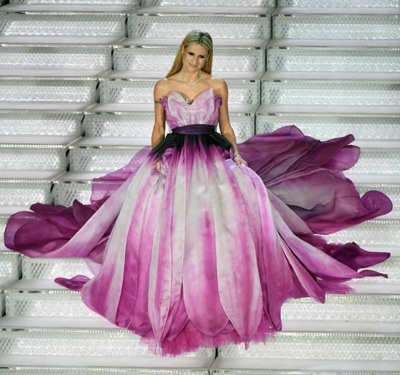 A Sanremo anche gli abiti diventano fiori: tutti i look delle serate