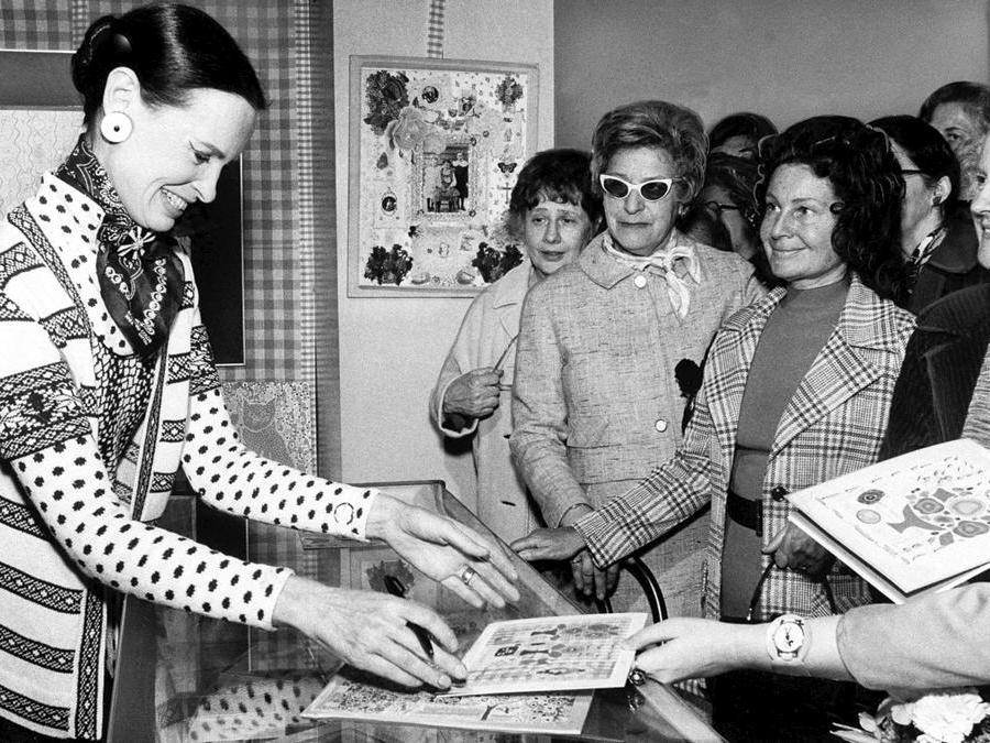 Gloria Vanderbilt, a sinistra, presenta i suoi biglietti di auguri per la festa della mamma, progettati per Hallmark, in un negozio di New York, il 3 maggio 1972. (AP Photo)