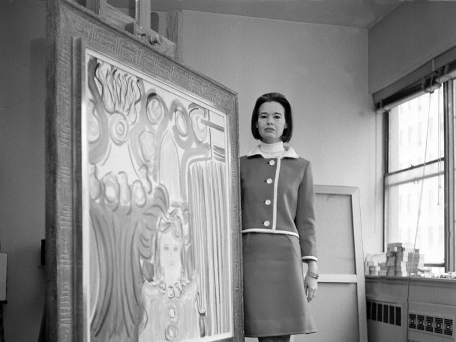 Gloria Vanderbilt Cooper posa con uno dei suoi quadri, nel suo studio privato a New York, il 5 aprile 1966. (AP Photo)