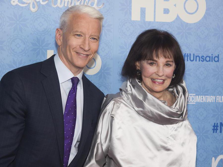 """Gloria Vanderbilt con il figlio Anderson Cooper alla première di """"Nothing Left Unsaid"""" al Time Warner Center di New York- 2016 (Ap/Charles Sykes)"""