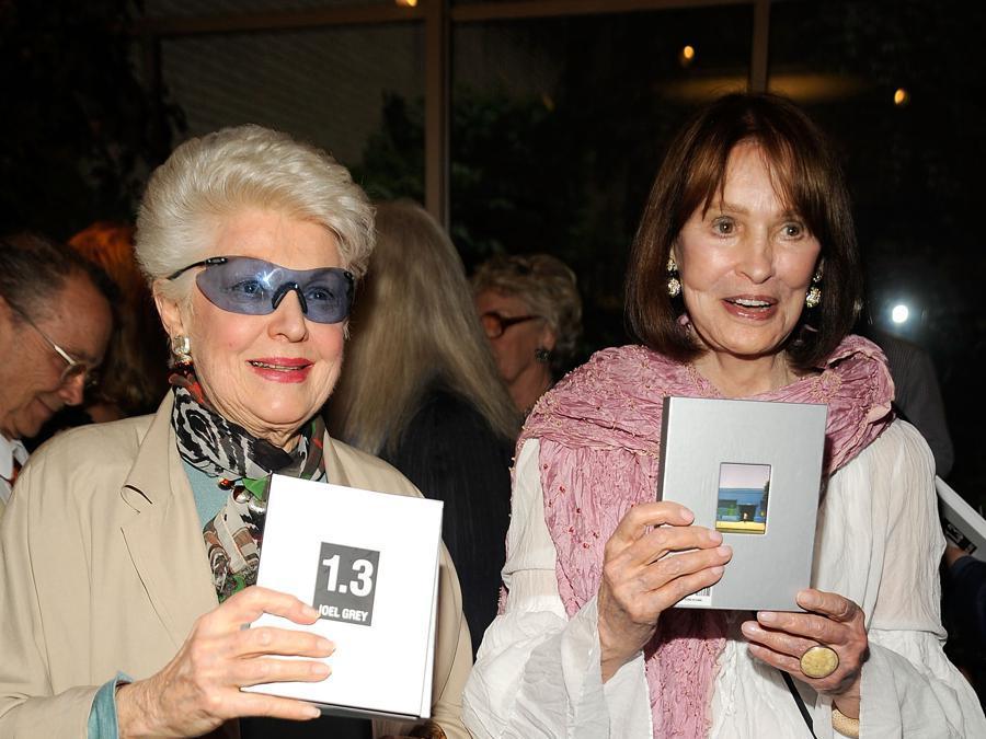 Nella foto l'attrice Marti Stevens e Gloria Vanderbilt (Afp/Gary Gershoff)
