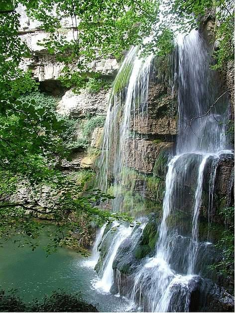 Cascate del Rio Verde, Borrello, Chieti: Le Cascate del Rio Verde si trovano nella Riserva Naturale Guidata Cascate del Verde, vicino a paese di Borrello, in provincia di Chieti. L'area si estende per 287 ettari, a 800 metri sul livello del mare. Le cascate, le naturali più alte d' Italia, sono formate da un triplice salto che complessivamente misura 200 metri. La vegetazione è tipicamente mediterranea, con dominanza di leccio (Quercus ilex) e roverella (Quercus pubescens). Tra gli animali, vivono qui la puzzola, il gatto selvatico, la lontra e il merlo acquaiolo, uccello tipico delle sorgenti con cascate