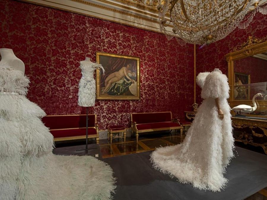 Da sinistra: Ralph  Russo, abito, Fall /Winter 2017-18 Couture. Dolce&Gabbana, abito, Fall/Winter 2005-06. Karl Lagerfeld for Chanel, abito da sposa, Spring/Summer 2018 Haute Couture. (© Antonio Quattrone)