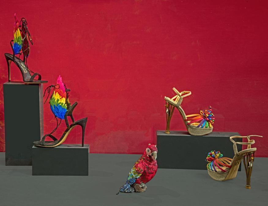 """Da sinistra: Salvatore Ferragamo, sandali Capsule Collection by Edgardo Osorio, Spring /Summer 2016 Firenze, Museo Salvatore Ferragamo. Judith Leiber Couture, clutch pappagallo """"Scarlet"""" 2018. Charlotte Olympia, sandali """"Birds of Paradise"""" Capsule Collection 2018. (© Antonio Quattrone)"""
