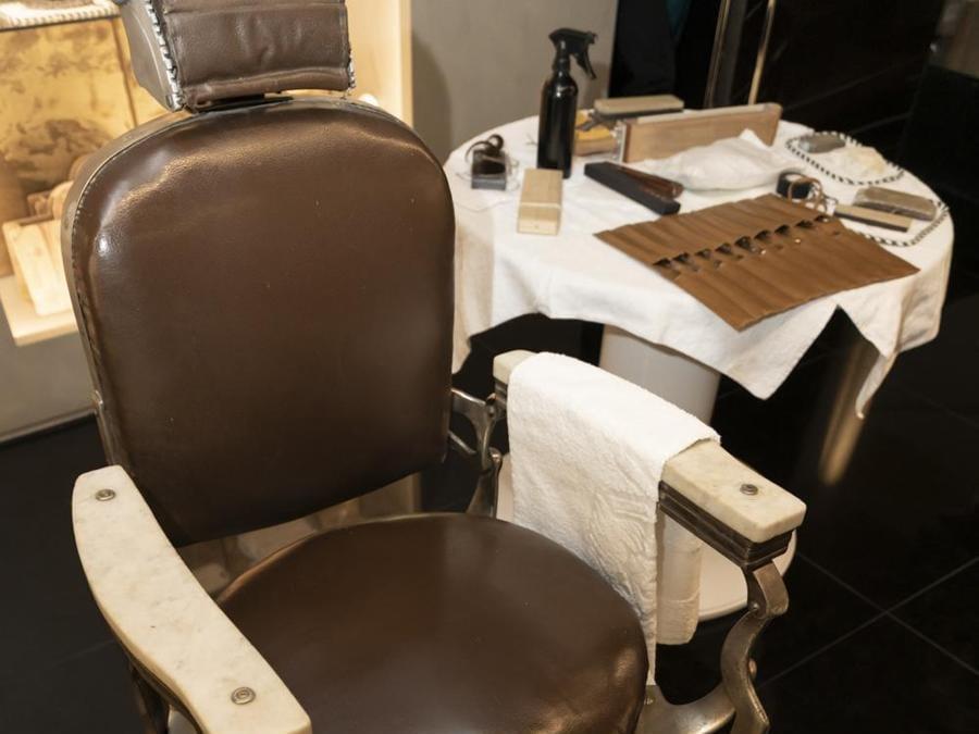 Poltrona da rasatura al temporary barber shop Scapicchio in via Montenapoleone a Milano