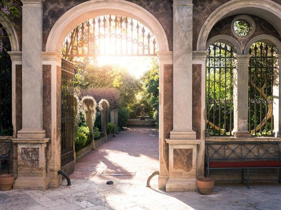 Il Palazzo Margherita di Bernalda, in provincia di Matera, che fa parte del gruppo di resort di Francis Ford Coppola, offre agli ospiti la possibilità di partecipare alla raccolta delle olive nelle campagne circostanti