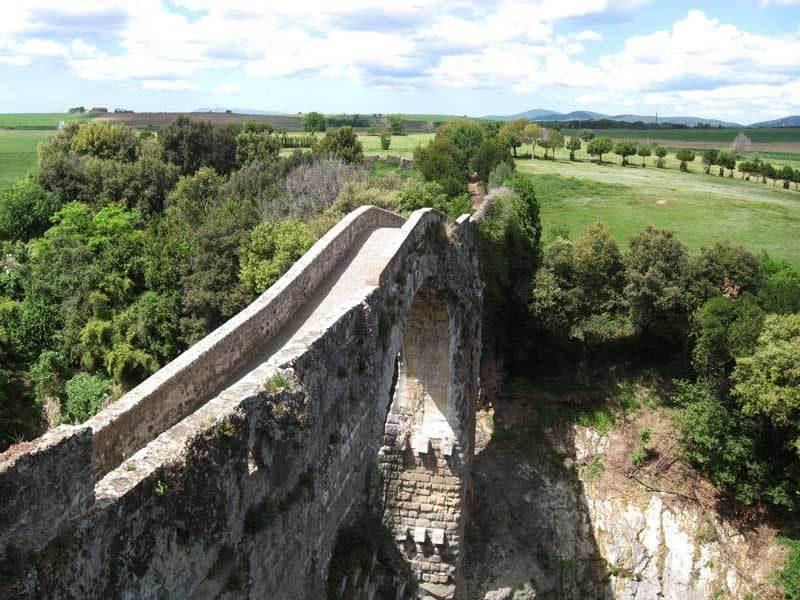 Il ponte di Vulci a Canino, in provincia di Viterbo