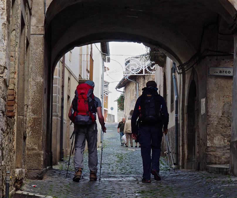 Sentiero dei briganti (Lazio e Abruzzo): si percorre un circolo di circa 100 km seguendo gli spostamenti della Banda di Cartore, attiva negli anni Sessanta dell'Ottocento. Si parte e torna dal paesino di Sante Marie