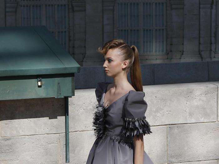 Chanel, passeggiata couture fra i bouquinistes sul lungo Senna