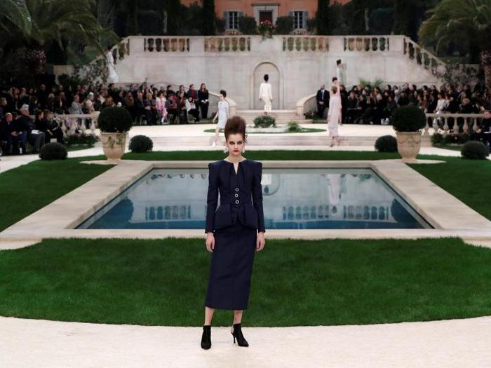 Chanel porta fra la neve di Parigi un giardino d'estate mediterraneo