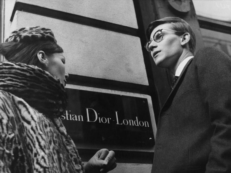 Yves Saint Laurent a Londra nel 1958, il giorno prima della sfilata organizzata a Blenheim Palac (Photo by Popperfoto/Getty Images)