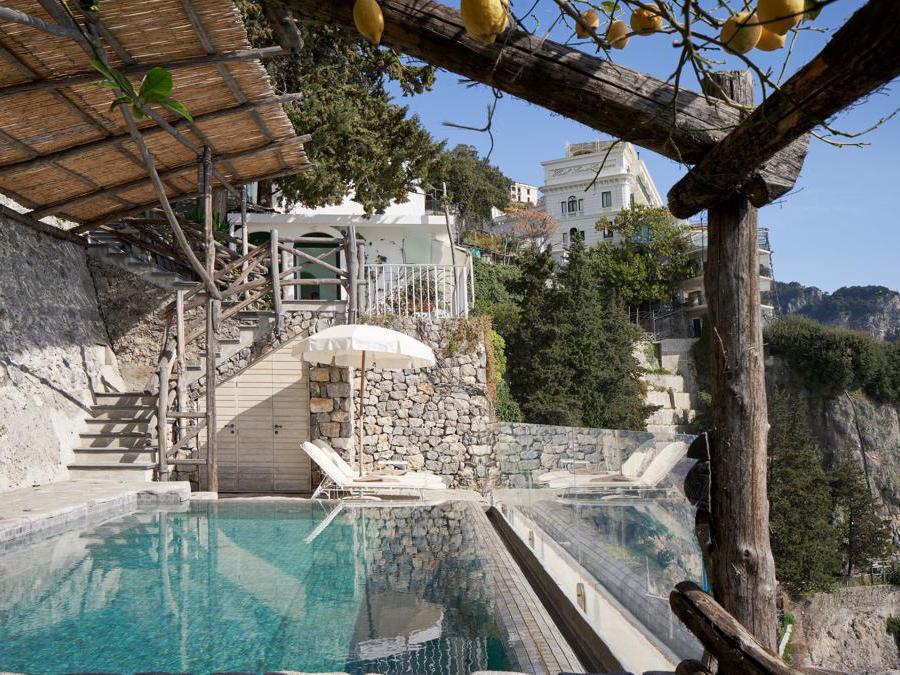 Le Suite hanno grandi balconi e terrazzi a picco sul mare, e un piccolo giardino privato delimitato da limoni e aranci. Gli interni, arredati con mobili in legno pregiato e ceramiche di Vietri, secondo lo stile delle ville nobili locali.