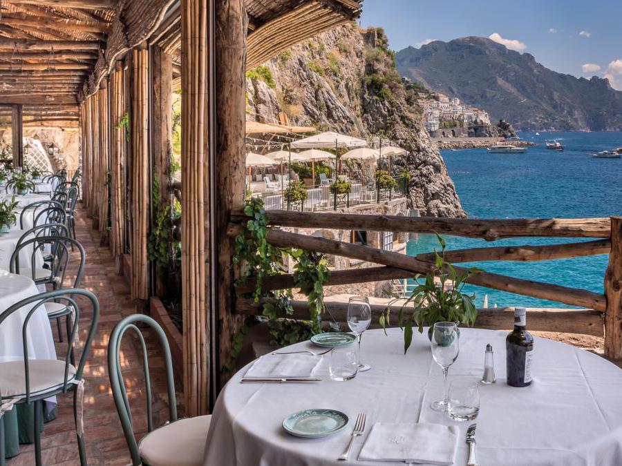 Al Ristorante al Mare si mangia la cucina Mediterranea: grigliate di pesce, pizze cotte nel forno a legna, paste fatte in casa e piatti di stagione. Tutti i tavoli sono orientati verso il mare.
