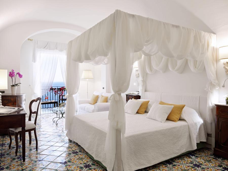 Le 66 camere sono arredate nello stile delle dimore mediterranee. Ogni stanza è unica, con mobili dell'Ottocento, maioliche di Vietri e ceramiche dipinte a mano. Anche la posizione varia: alcune si aprono sui giardini, altre hanno piscina privata e terrazza sul mare.
