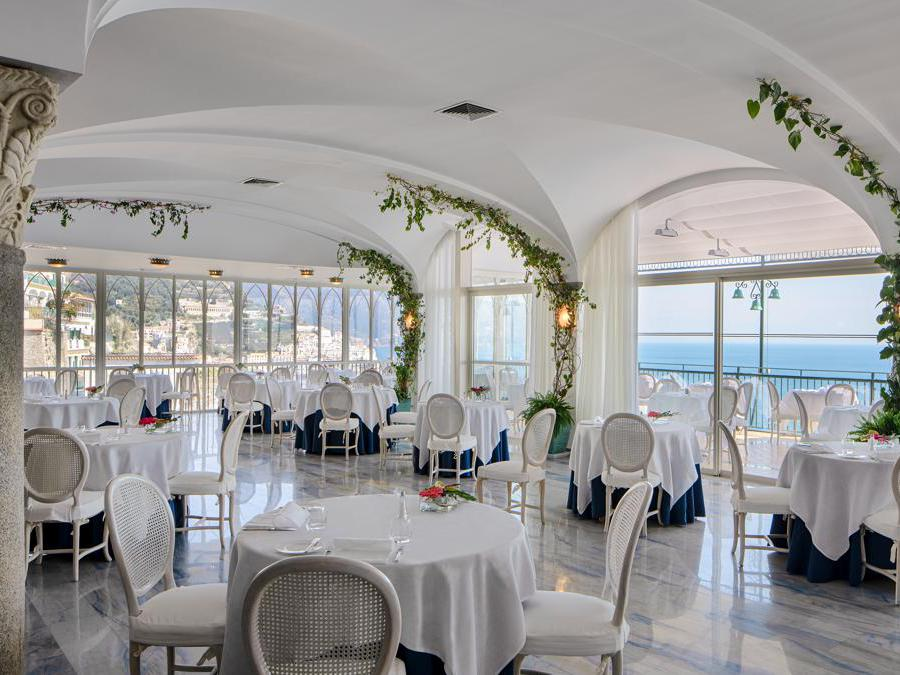 Il ristorante Il Glicine è il nuovo fine dining, che porta in tavola la cucina della Costiera e i sapori mediterranei. Oltre al percorso degustazione suggerito dallo chef, la carta comprende alternative per vegani, vegetariani e celiaci.