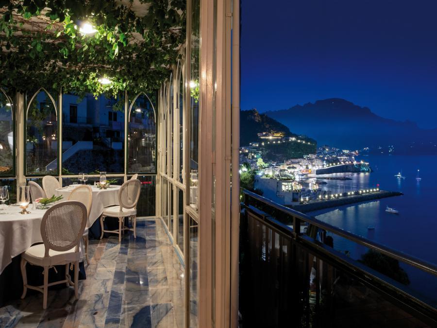 Uno scorcio su Amalfi da uno dei tavoli panoramici del ristorante Il Glicine.